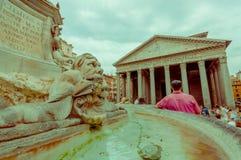 ROME ITALIEN - JUNI 13, 2015: Panteon av fyrkanten för Agrippa byggnadssikt utifrån, fountaine i mitt med Royaltyfri Foto