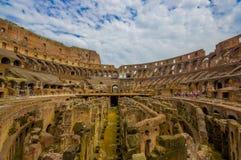 ROME ITALIEN - JUNI 13, 2015: Roman Coliseum från inre, folk som håller ögonen på och besöker detta forntida stora symbol af Arkivfoto
