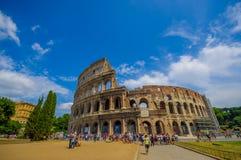 ROME ITALIEN - JUNI 13, 2015: Romersk coliseumsikt utifrån, turists som går och besöker denna iconic struktur Arkivfoto