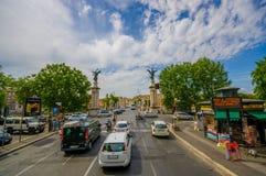 ROME ITALIEN - JUNI 13, 2015: Sikten av den Vittorio bron skriver in i Rome, två kolonner med två änglar på skriva in av denna Fotografering för Bildbyråer