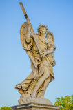 ROME ITALIEN - JUNI 13, 2015: Stena sculturen i Rome, ängel med vingar som rymmer ett kors Arkivfoton