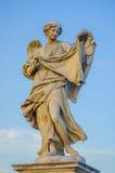 ROME ITALIEN - JUNI 13, 2015: Stensculture i Rome, en ängel med vingar och en klänning som rymmer ett stycke av torkduken Royaltyfria Foton