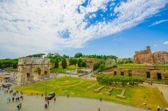 ROME ITALIEN - JUNI 13, 2015: Stor trevlig sikt av den Constantine bågen och Palatine forum på Rome Royaltyfri Foto