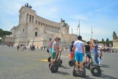 Rome ITALIEN - JUNI 01: Turister på segway i piazza Venezia och den Victor Emmanuel II monumentet i Rome, Italien på Juni 01, 201 Arkivfoto