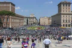Rome Italien - Juni 2, 2012 turister som flockas till Piazza del Vitto royaltyfria bilder