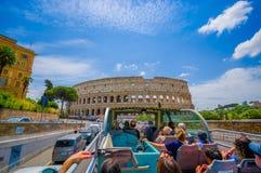 ROME ITALIEN - JUNI 13, 2015: Turists buss som besöker de viktigaste ställena i den Rome staden, folk som håller ögonen på från d Arkivfoto