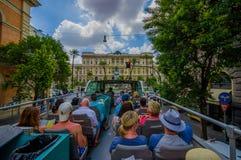 ROME ITALIEN - JUNI 13, 2015: Turists buss som besöker de viktigaste ställena i den Rome staden, folk som håller ögonen på från d Arkivbild