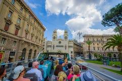 ROME ITALIEN - JUNI 13, 2015: Turists buss som besöker de viktigaste ställena i den Rome staden, folk som håller ögonen på från d Royaltyfri Fotografi