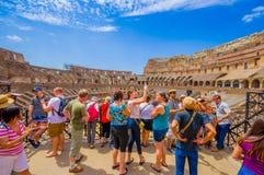 ROME ITALIEN - JUNI 13, 2015: Turists som tycker om inre Roman Coliseum, folk som tar fotografier och besöker denna värld Royaltyfria Foton