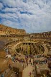 ROME ITALIEN - JUNI 13, 2015: Vertikalt foto av Roman Coliseum, den inre sikten och folket som besöker detta världsarv Fotografering för Bildbyråer