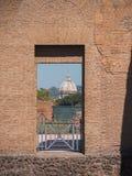 Rome Italien, 12 kan 2015, roman fördärvar i en solig dag - den forntida bågen och kupolen Royaltyfri Bild