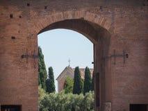 Rome Italien, 12 kan 2015, roman fördärvar i en solig dag - den forntida bågen och kyrkan Fotografering för Bildbyråer