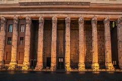 Rome Italien: kolonner av den Hadrians templet i Piazza di Pietra Royaltyfria Bilder