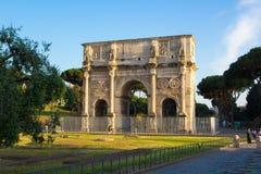 Rome Italien - Maj 31, 2018: Båge av Constantine Arco di Costantino en triumf- båge nära Colosseum i Rome Aftontimme, fotografering för bildbyråer