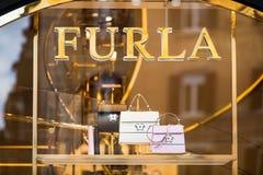 Rome Italien - Maj 13, 2018: Furla shoppar fönstret i Rome Arkivfoto