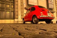 ROME ITALIEN - MAJ 10, 2016: Gamla röda Fiat 500 på gator av Rome Royaltyfri Bild