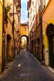 Rome Italien - 26 Maj 2018: Gammal gata arkivfoton