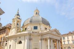 Rome Italien - Maj 30, 2018: kyrklig Santa Maria dei Miracoli - en av de tvilling- kyrkorna på den Piazza del Popolo Folk fyrkant royaltyfria foton