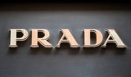 Rome Italien - Maj 13, 2018: Prada logo på lager för märkes` s i Rome Arkivfoton