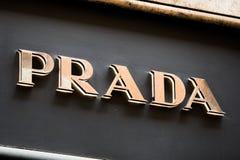 Rome Italien - Maj 13, 2018: Prada logo på lager för märkes` s i Rome Arkivbild