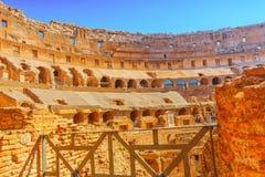 ROME ITALIEN - MAJ 08, 2017: Turist- ` s inom amfiteaternollan Arkivbilder
