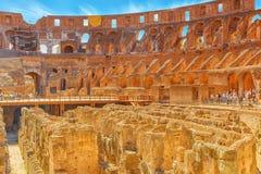 ROME ITALIEN - MAJ 08, 2017: Turist- ` s inom amfiteaternollan Fotografering för Bildbyråer