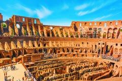 ROME ITALIEN - MAJ 08, 2017: Turist- ` s inom amfiteaternollan Arkivfoton
