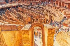 ROME ITALIEN - MAJ 08, 2017: Turist- ` s inom amfiteaternollan Royaltyfri Bild