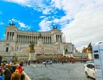 Rome Italien - Maj 03, 2014: Turister som går på piazza Venezia och den Victor Emmanuel II monumentet i Rome, Italien på Juni 01 Arkivbild