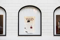 Rome Italien - Maj 13, 2018: Valentino lagerfönster i Rome Royaltyfri Bild