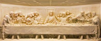 ROME ITALIEN: Marmorlättnaden för sista kvällsmål på altaret av kyrkliga basilikadi Santa Maria Ausiliatrice av den okända konstn Arkivfoto