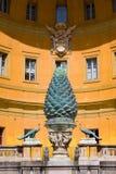 ROME ITALIEN - MARS 23, 2015: Den Fontana dellaen Pigna sörjer kottespringbrunnen från den 1st århundradeANNONSEN, Vaticanen, Rom Arkivfoto