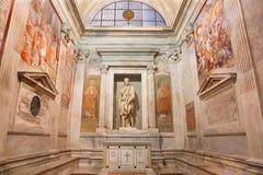 ROME ITALIEN - MARS 12, 2016: Frescoesna av Pellegrino Aretusi 1463 - 1525 och statyn av St Jacob av Jacobo Tatti 1486 - 157 Fotografering för Bildbyråer