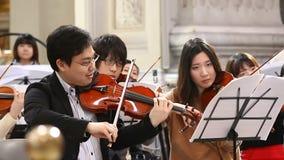 ROME ITALIEN - mars 25, 2017: Närbild av musikern som spelar klassisk musik på fiolen Violinister i orkesteren stock video