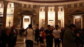 ROME ITALIEN - mars 25, 2017: Panteon inre italy rome Turister som besöker panteon lager videofilmer
