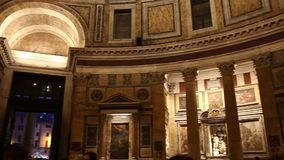 ROME ITALIEN - mars 25, 2017: Panteon inre italy rome Turister som besöker panteon stock video