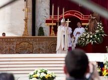 Popen Francis Under Hans Invigning samlas Royaltyfri Foto