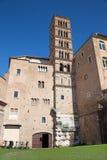 ROME ITALIEN - MARS 11, 2016: Tornet av kyrkliga basilikadi Santi Giovanni e Paolo Royaltyfri Bild