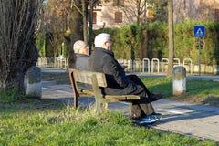 ROME ITALIEN - 14 marsch 2015: gamla människor i fyrkanten i centret Royaltyfria Bilder