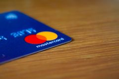 Rome/Italien - 10 04 2018: Mastercard logo på blå kreditkort arkivfoto