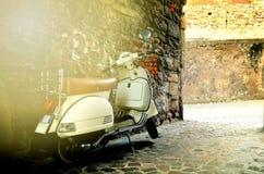 Rome Italien - November 14, 2017: Grupp av sparkcykelvespaen som parkeras på den gamla gatan i Rome, Italien Royaltyfri Foto