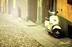 Rome Italien - November 14, 2017: Grupp av sparkcykelvespaen som parkeras på den gamla gatan i Rome, Italien Royaltyfri Fotografi