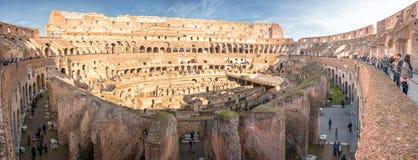 ROME ITALIEN - NOVEMBER 24, 2012 trängas ihop den rome colosseumen av turist på solig dag Royaltyfria Foton