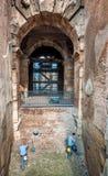 ROME ITALIEN - OKTOBER 28, 2013: Återställandearbete i Colosseuen Royaltyfri Bild