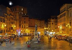 ROME ITALIEN - OKTOBER 03, 2017: Campo dei Fiori på natten med th Arkivfoton