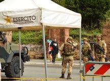 Rome Italien-Oktober 7, 2018: Den beväpnade militären står på armétestpunktet i centret, för säkerheten av turister royaltyfria foton