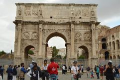 Rome Italien-Oktober 07, 2018 En stor folkmassa av turister nära bågen av Constantine och Colosseumen, sikten av Rome royaltyfria bilder