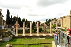 Rome Italien-Oktober 7, 2018: Sikt av Roman Forum i Rome, Italien Det romerska forumet är en av de huvudsakliga turist- destinati fotografering för bildbyråer