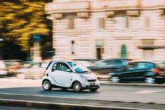 Rome Italien - Oktober 21, 2018: Vit färgSmart Fortwo bil av den andra utvecklingen W451 som flyttar sig på gatan arkivfoto