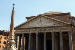 Rome Italien - panteon och en kolonn Arkivbild